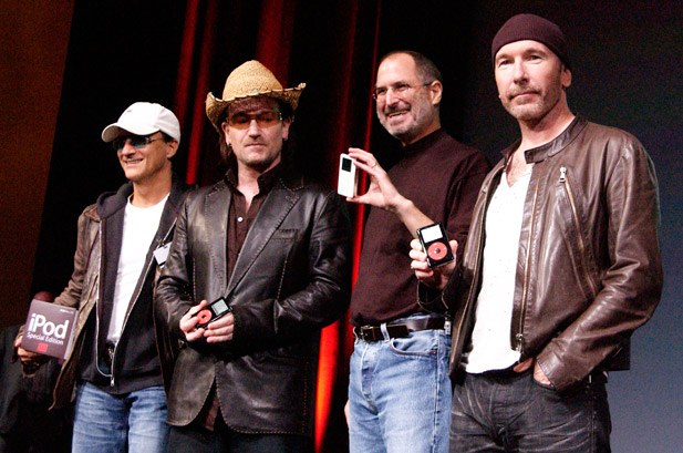 Bono signe le portrait de Jony Ive