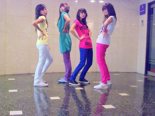 chicas bailando reggaeton sin ropa. Chicas flogger. EL BAILE