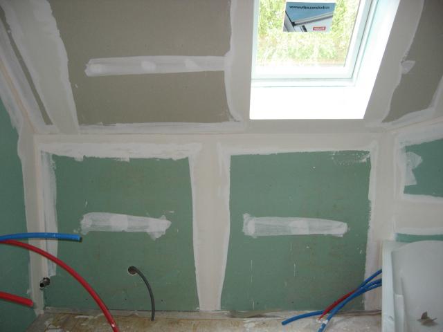La salle de bains familiale pas grande id es couleur pour mur rampant for Quelle couleur pour une salle de bain