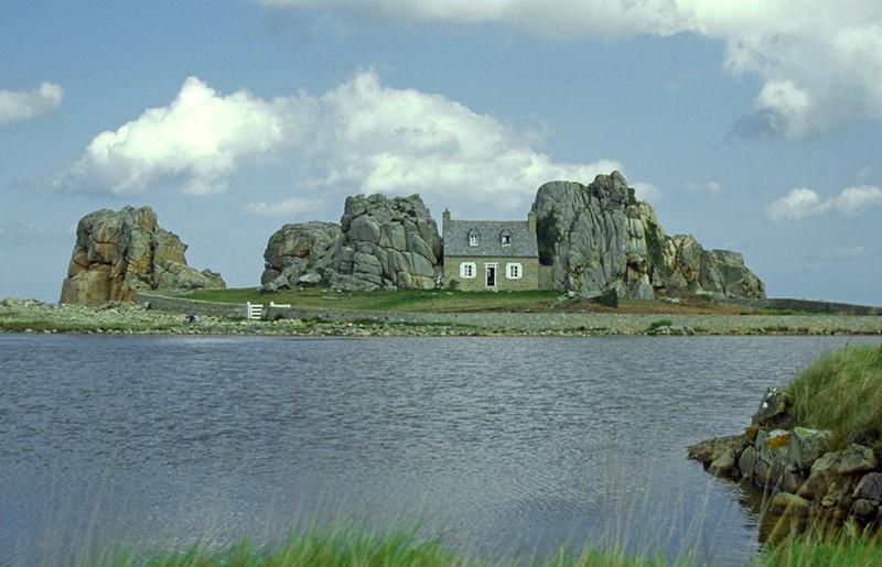 la maison entre 2 rochers plougrescant bretagne france. Black Bedroom Furniture Sets. Home Design Ideas